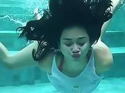 Aura Kasih Berenang Sampai Buah Dada Terlihat