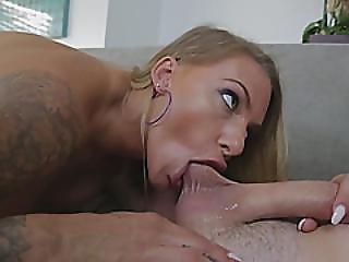 testikler, testikler slikning, stor cock, stort bryst, blond, blowjob, deepthroat, handjob, slik, milf, tattovering