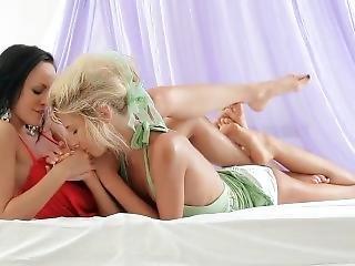 Krásné Dívky Si Spolu Hrají