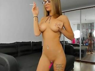amateur, chick, dikke tiet, rondbostig, petite, roken, solo, tattoo, webcam