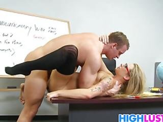 Sexy Butt Teen Bailey Blue Likes To Seduce