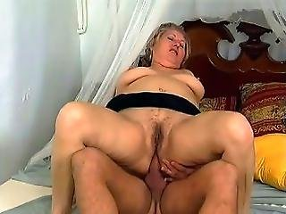 Chunky Older Babe Offers Her Hairy Cunt