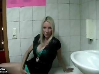 Liebestolle Single-mutter Auf Hotel Toilette Zum Sex Getroffen