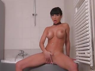 Absolutely Mind-blowing Stunner Valentina Ricci Masturbates In Bath Tub