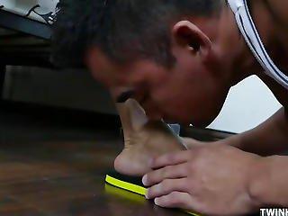 asiatique, pipe, sperme, fétiche, pied, branlette avec les pieds, nique, suce, doigts de pieds