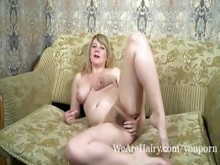 arsch, blondine, mollig, haarig, unterwäsche, onanieren, brustwarzen, geschwollene knospen, sofa sex, necken