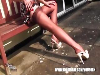 brytyjka, brunetka, stopy, fetysz, stopa, obcasy, wysokie obcasy, nogi, milf, nylon, seksowna, pończocha, wysoka, drażnienie