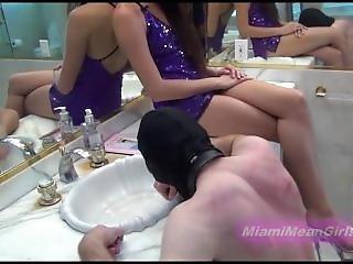 fetishe, humilhação, casa de banho