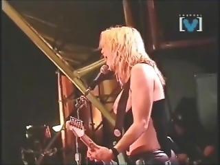 Courtney Love Topless En Concert !!!