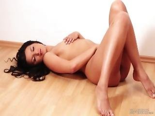 Babes Katie Oliver Strips For The Camera