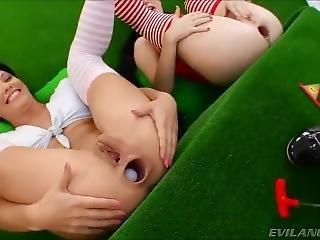 Jogando Minigolfe Com O Cu Largo Das Amigas