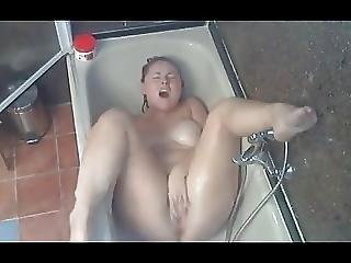 Une Adorable Brunette Se Masturbe Dans Son Bain