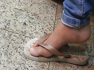 Candid Gorgeus Sexy Feet And Toes In Flip Flops