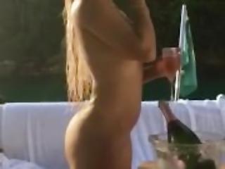gostosa fumando e tomando champagne