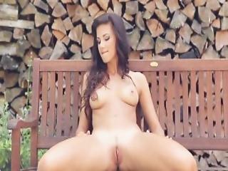 bonasse, au bain, brunette, poitrine généreuse, cul, naturel, extérieur, sexy, embêter, taillée