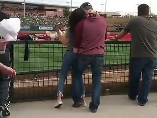 Masturbando A Namorada Em P�blico No Jogo De Baseball