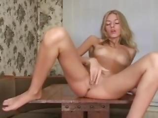 blondynka, ślicznotka, rosjanka, chuda, solo, seks na stole