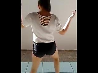 Brazilian Girl Shakes Her Booty Like No Other - Amazing