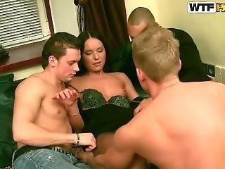 Uma Menina árabe Com Vários Homens Excitados