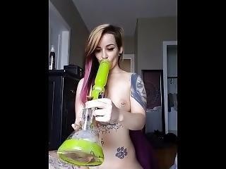 pipe, brunette, bite, fête, fumeur, solo, tatouage, jeune