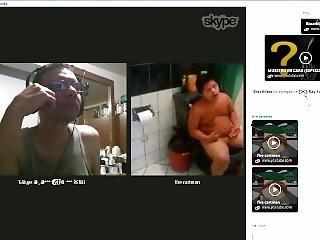 Calurosa Conversaci�n De Skype Entre Un Maduro Y Un Joven