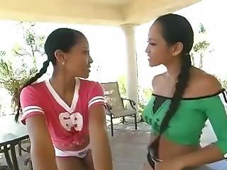 asiatisk, babe, fingering, lesbisk, slikk, pornostjerne, fitte, fitte slikking, små pupper, spruting, strap-on, thailandsk, leker