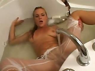 Veronika Plays With Vagina In Tub