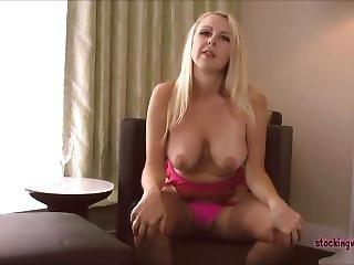 большая синица, блондинка, фетиш, джинсы, мастурбация, мамаша, порнозвезда, соло, чулок
