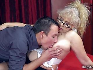 den liderlige blonde kvinde tilbeder sex