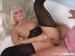 Hexe Gets Her Pussy Filled And Squirts