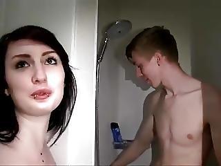 Meisje Doet 2 Verlegen Jongens