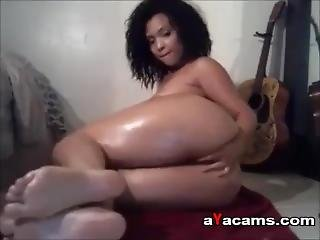 Sexy Ebony Oiling Her Body On Webcam