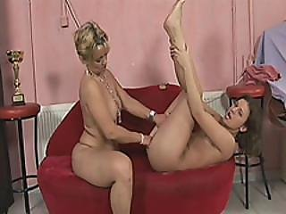 Handicapped Lesbian Babes Licking Pussy Fingering
