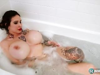 bonasse, bain, gros téton, brunette, masturbation, milf