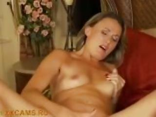 A slender and experienced woman plays with her pussy on the bed!