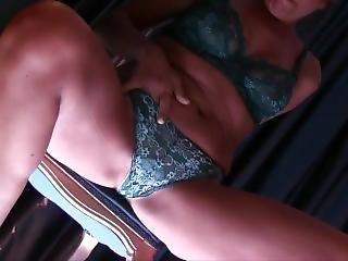 Milf Si Spglia E Si Masturba Con Una Fragola