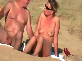 Hot Couple At The Beach - Mulherespeladasnuas.com