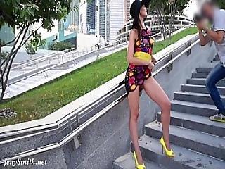 linda, morena, mostrar, saltos, pernas, ar livre, público, saia, saia acima