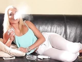 luder, blondine, couch, rauchen