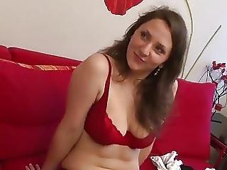 Jolie Demoiselle Poilue Se Fait Prendre Sur Le Canape