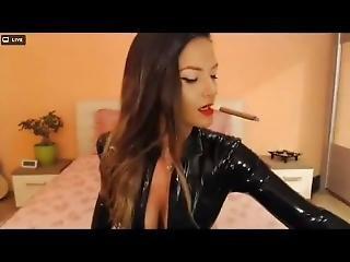 luder, gross titte, brünette, zigarette, latex, sexy, rauchen, solo