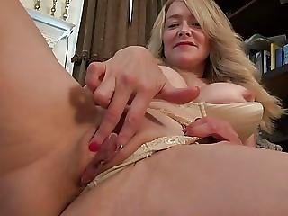 Amateur Milf Feeding Her Old Hungry Cunt