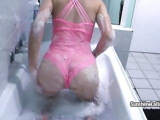 Sunshine Lollipop Sucks Two Toys And Masturbates In The Bath
