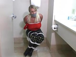 Niñera Rubia Atada Y Amordazada En Un Baño De Hotel