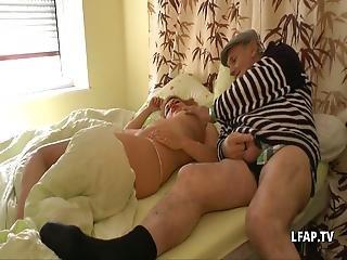 Un Vieux Pervers Se Tape Une Jeune Salope Blonde