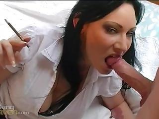 kociak, obciąganie, brytyjka, brunetka, wytrysk, fetysz, stymulacja wacka dłonią, palenie