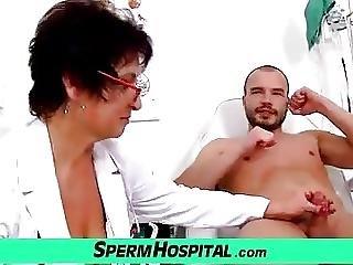 大きなブーブ, 巨乳, おっぱい, ドクター, 手淫, ホスピタル, 成熟した, 熟女, 精子, つばを吐く, 若い