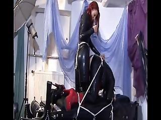 brunette, corset, costume, ffm, tâlons, latex, cuir, rousse, gode à courroie, embêter
