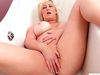 Bigtit Michelle Barrett Oiled Pussy Rubbing