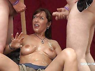 Saskia Farell Bukkake Sperma Party